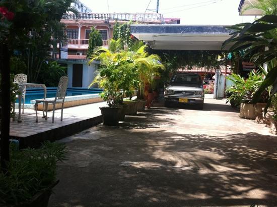 Villa Sisavad : entrée de la villa et piscine
