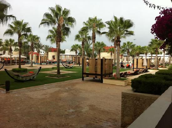 Sofitel Agadir Royal Bay Resort: Les baldaquins et hamacs à côté des piscines