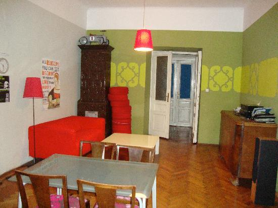 Travellers Inn Hostel: Sitting area