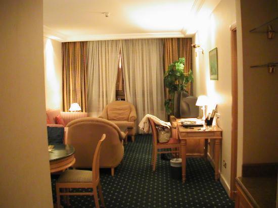 Corniche Hotel Apartments: Das Wohnzimmer