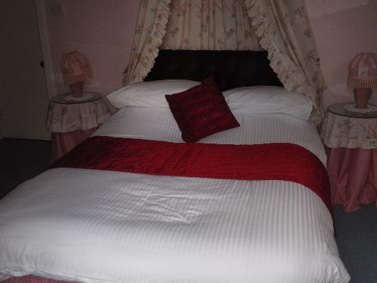 Craig Villa Guest House: The double bed in my room