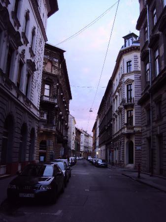 Casati Budapest Hotel: Evening view down the street