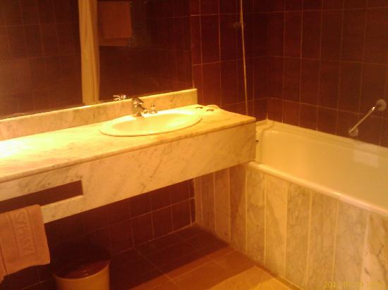 Sangho Le Syphax: clean bathroom with hot tub