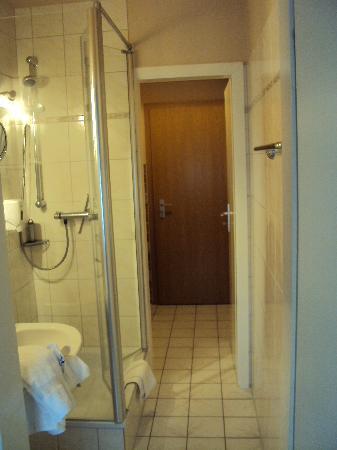 Albertus Paris Stadt-Appartements : private bath and kitchenette