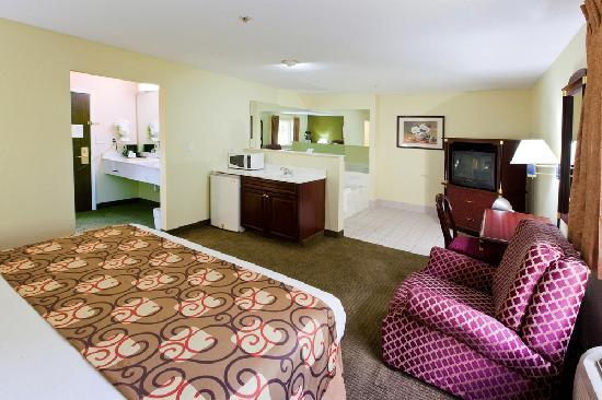 Country Hearth Inn Knightdale: King Suite with Jacuzzi