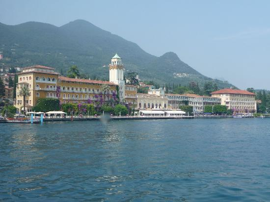 Grand Hotel Gardone : Vue of the hotel from the lake