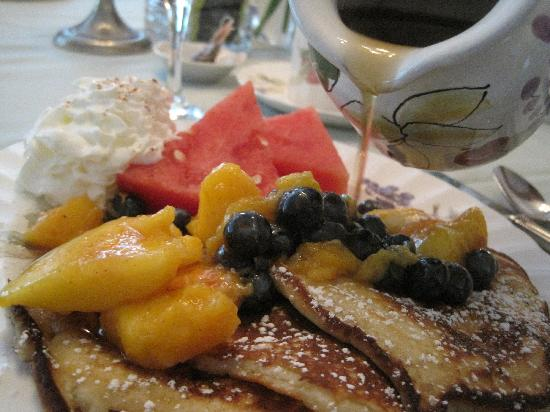 Canterbury House Bed and Breakfast: Great Breakfast with Vermont maple syrup!  Each day the breakfast was incredible.