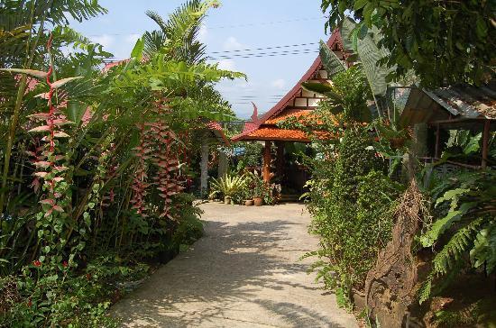 Khao Sok Las Orquideas Resort: garden view