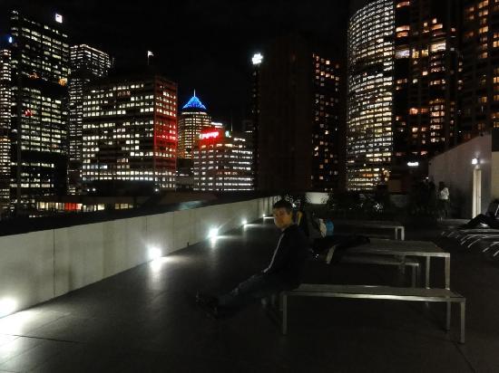 Sydney Harbour YHA: vista nocturna de la terraza