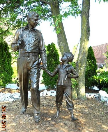Mount Airy, NC: statue outside building