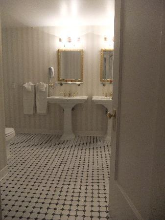 Peery Hotel: Bathroom