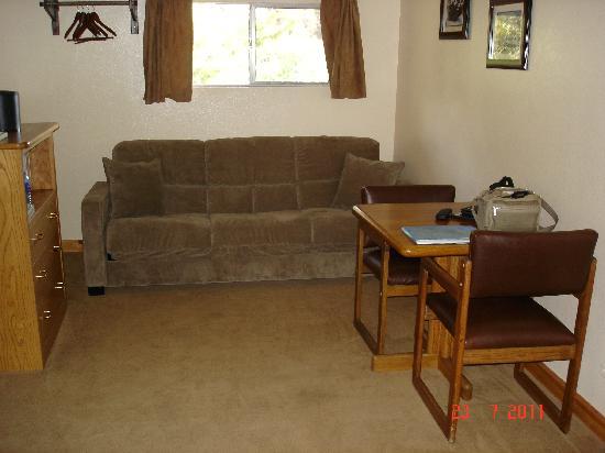 Buckeye Tree Lodge: King mini suite living area