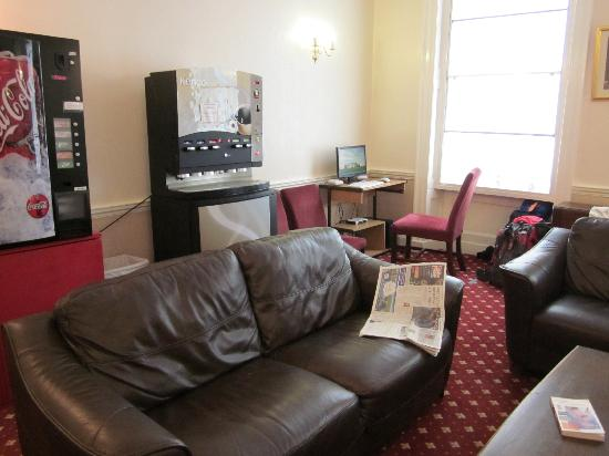Ridgemount Hotel: salon avec boissons fraiches et thé et café gratuits