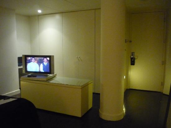 Hôtel St-Paul : Reverse angle - Workshelf is behind TV