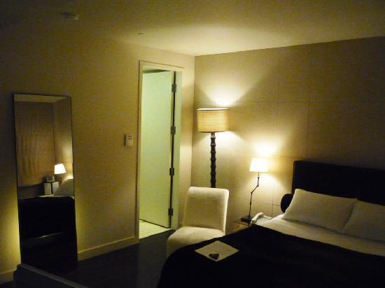 Hôtel St-Paul : Funky Floor Mirror & Bathroom Door
