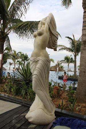 Silver Shores International Resort: marble statue