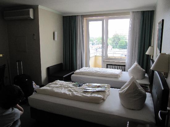 Novum Hotel Flora: Three Bed Room