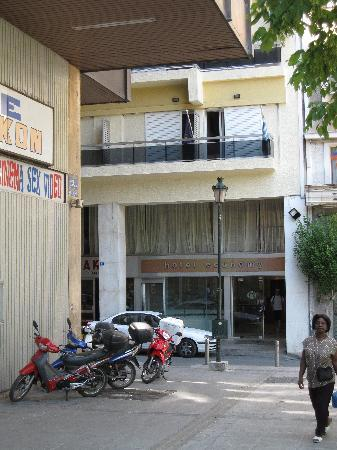Economy Hotel: Front of hotel