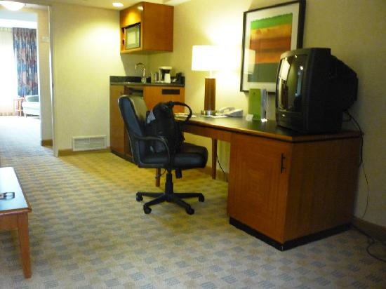 Doubletree Suites by Hilton Hotel & Conference Center Chicago / Downers Grove: Desk & Cathode Ray Tube TV