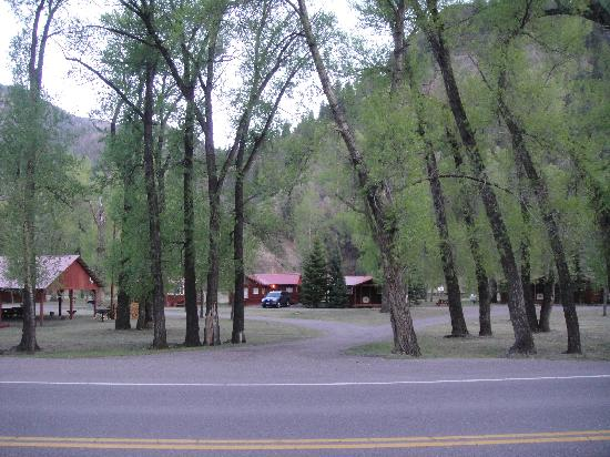 Cottonwood Cove: The Rio Grande is behind these cabins.