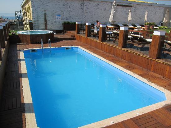 Klas Hotel: vue piscine de beau matin