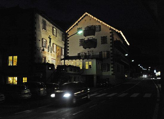 Pera di Fassa, Italy: Il romantico Hotel Rizzi di notte