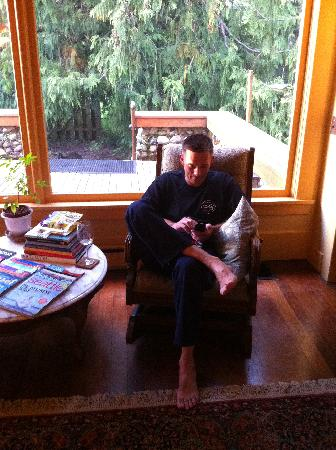 Kangaroo House Bed & Breakfast on Orcas Island: Living room reading