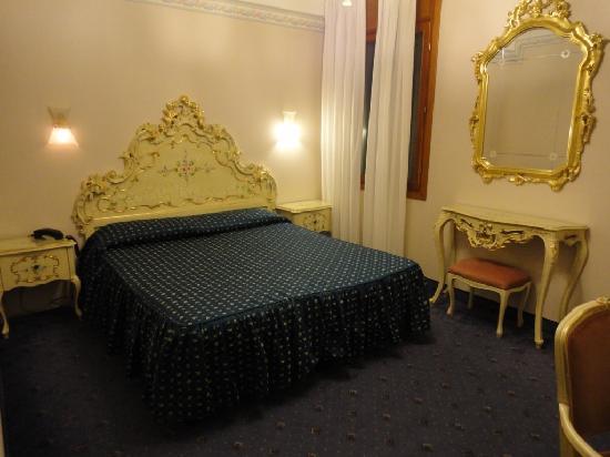 Hotel Diana: Large room