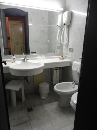 Hotel Diana: Modern bath