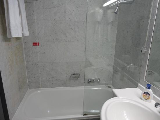 Hotel Diana: Shower with low shower head