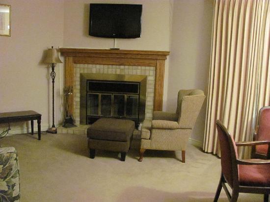 MacNeil House: Living room area