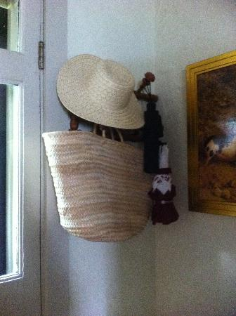 Charlotte Street Cottage: Every need met!! Hat, shopping bag and umbrella..