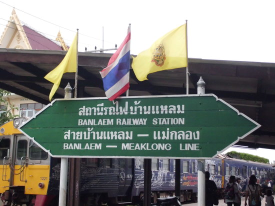 Samut Songkhram, Thaïlande : The train station. Wait for another train to come. The one on the station is only for the displa