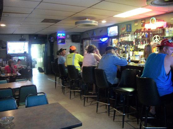 Mad Dog's Sportsmans Bar: Bar & dining