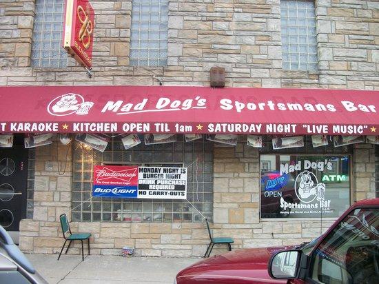 Mad Dog's Sportsmans Bar: Front of building