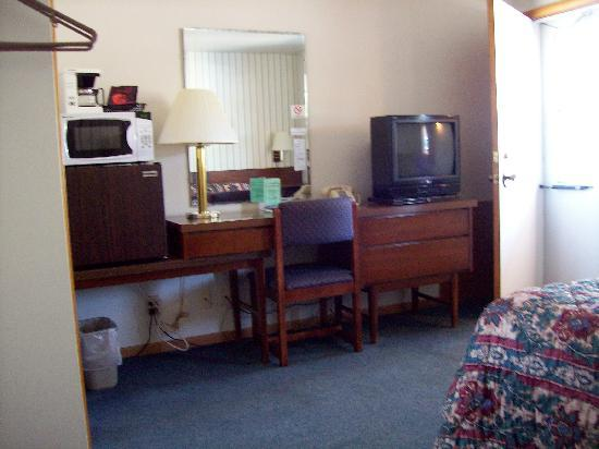 Bay Motel: desk, fridge, microwave