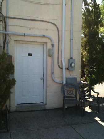 West Cape Motel: Entrance to a room
