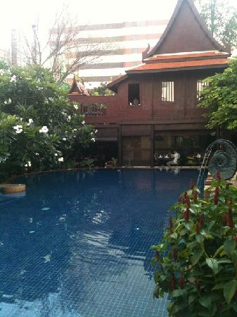 Rose Hotel: The pool
