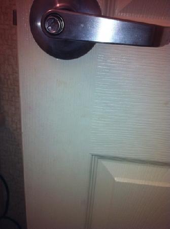 Welcome Hotel and Suites : soiled bathroom door