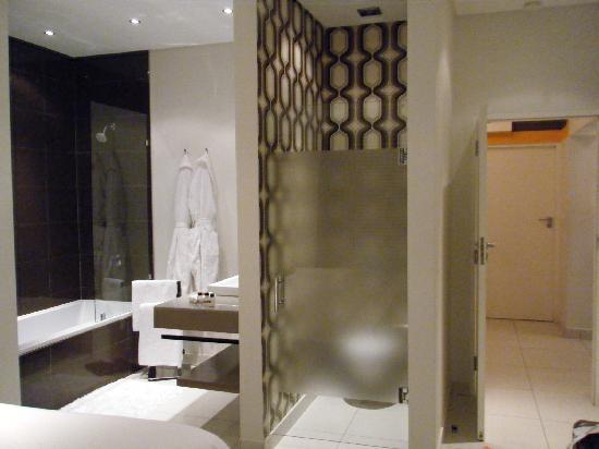 Villa Zest Boutique Hotel: Shower/bath area