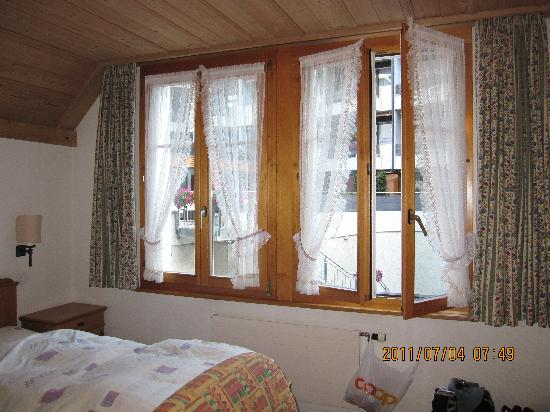 Hotel Hirschen: ホテルの窓