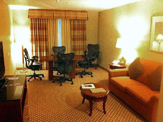 Hilton Garden Inn Albuquerque Uptown: Meeting table w/chairs & ethernet.