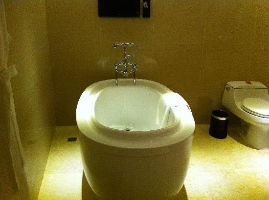 Very, Very Good Tub - Picture of Pearl Hotel Starlake, Zhaoqing ...