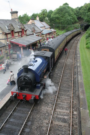 Haverthwaite, UK: The little tank with the train