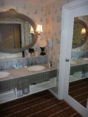 Disney's Beach Club Resort: bathroom