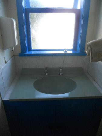 Spa Lodge Backpackers: Clean sink area opposite own private shower.. gr8 for getting dressed in quiet seasons with heat