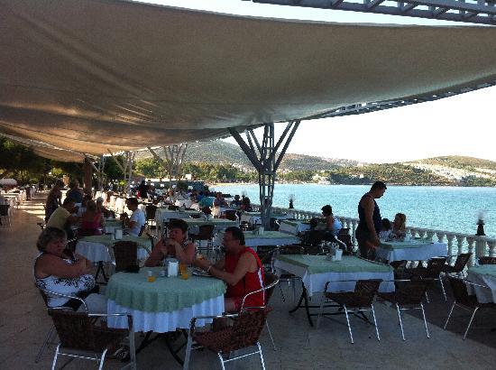 Tusan Beach Resort: Outdoor buffet restuarant
