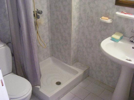 Zeus Hotel : The bathroom, not too shabby!