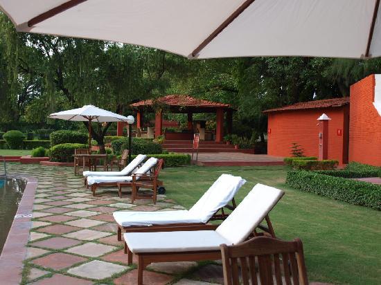 The Gateway Hotel Ganges Varanasi: zona piscina