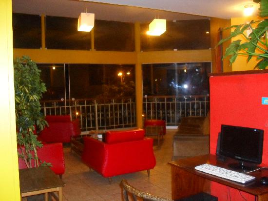 Flying Dog Hostel B&B: A living room outside my room